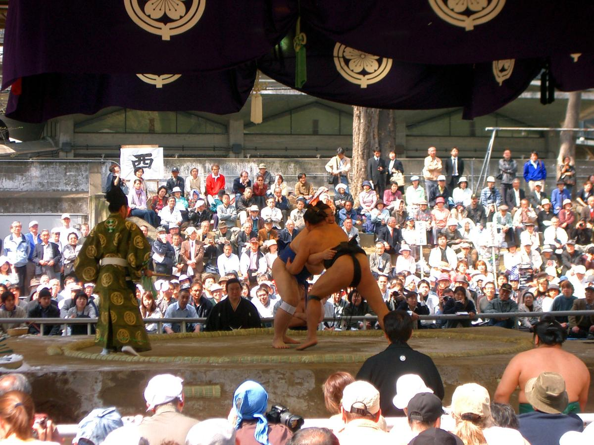 Sumo fight at 靖国神社 (Yasukuni shrine, Tokyo, Japan) on 09 April 2004.
