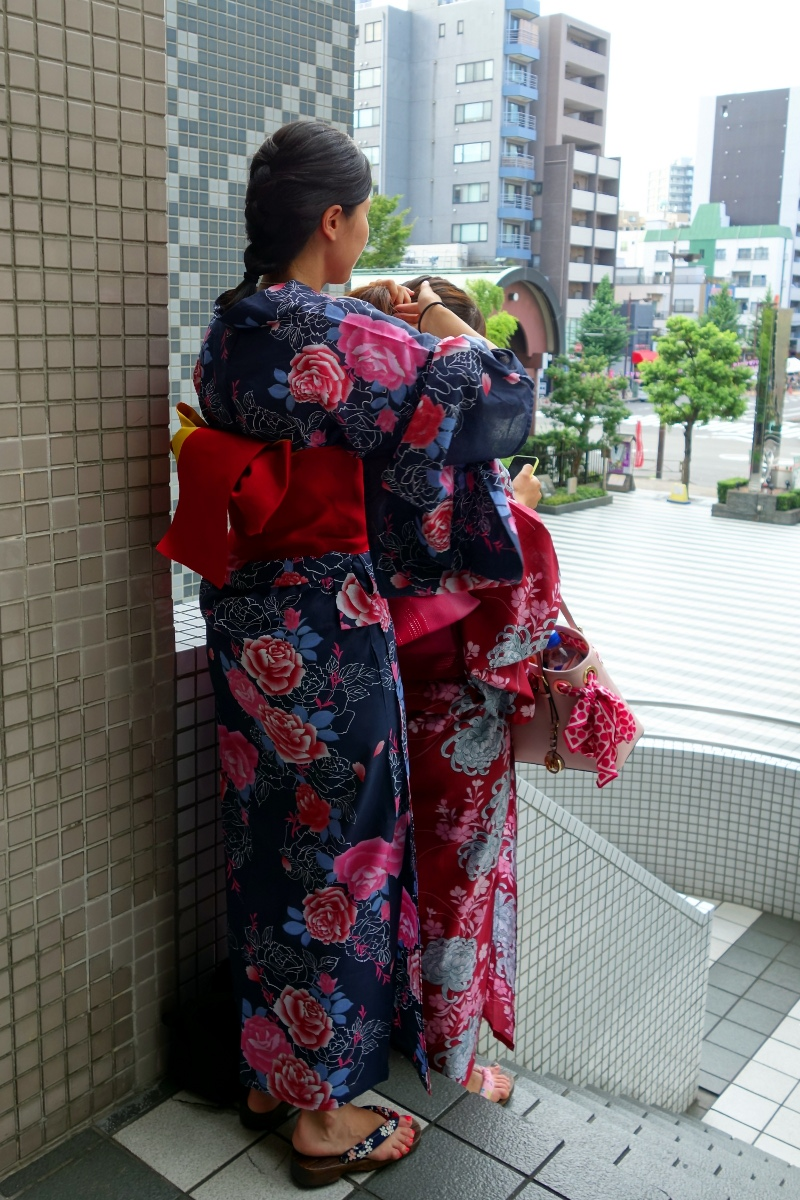Yukata De Guide Tour: Girls preparing their hair in 墨田区 (Sumida ward, Tokyo, Japan) on 02 August 2014.