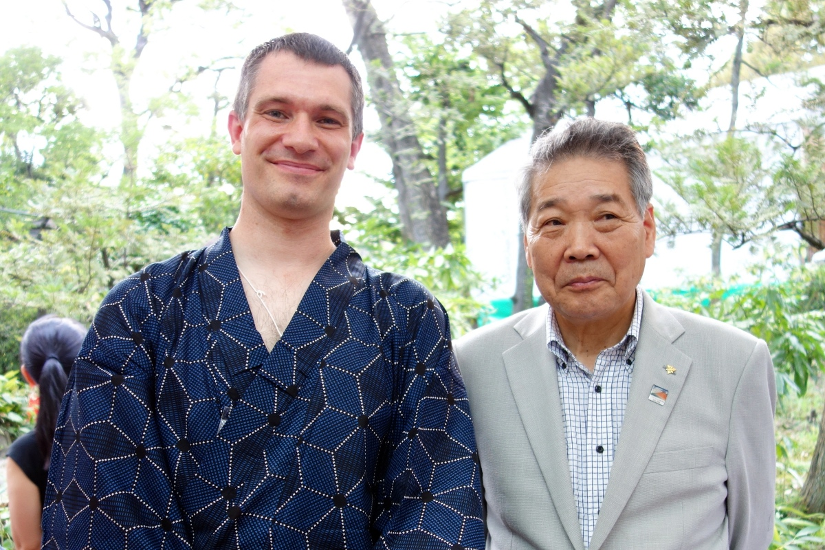 Yukata De Guide Tour: Sébastien Duval with the mayor of Tokyo Sumida ward at Former Yasuda Garden in 墨田区 (Sumida ward, Tokyo, Japan) on 02 August 2014.
