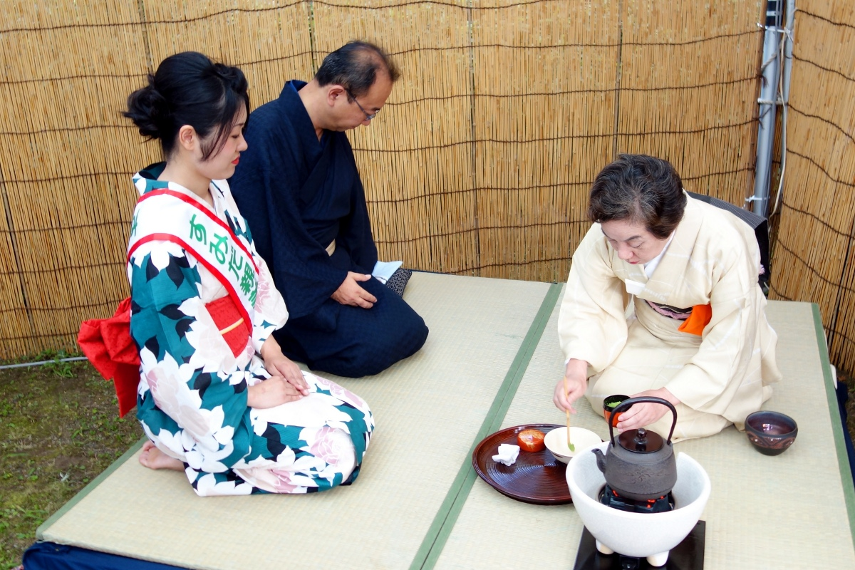 Yukata De Guide Tour: Tea ceremony at Former Yasuda Garden in 墨田区 (Sumida ward, Tokyo, Japan) on 02 August 2014.