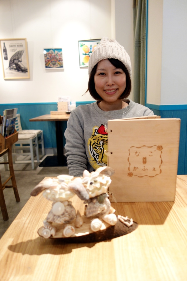 宮城・沙奈美 (MIYAGI Sanami) with her seashell decorations at なごかふぇ (Nago café, Tokyo, Japan) on 13 February 2014