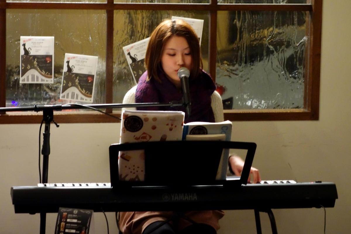 いわわき・ちか (IWAWAKI Chika) from Tokyo on the piano during her concert at ホライズン (Horizon, Tokyo, Japan) on 19 February 2014.