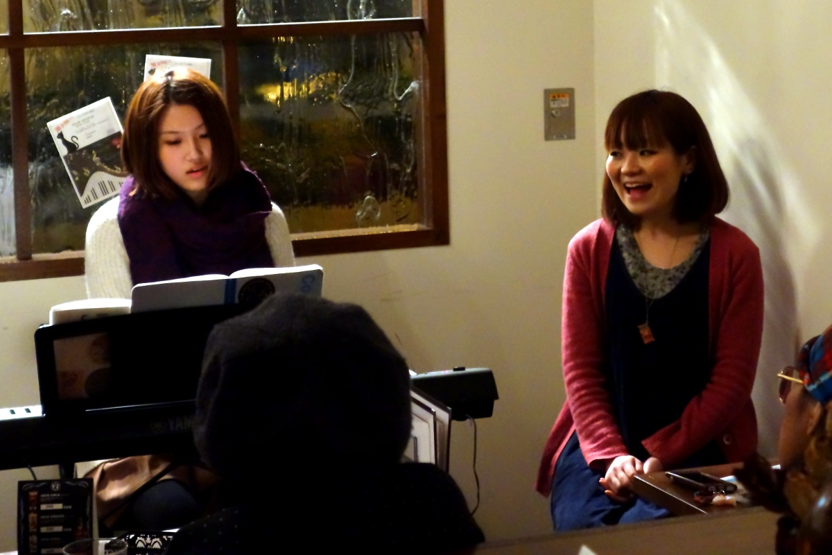 いわわき・ちか (IWAWAKI Chika) and まりー. (MARY.) singing together during their concert at ホライズン (Horizon, Tokyo, Japan) on 19 February 2014.