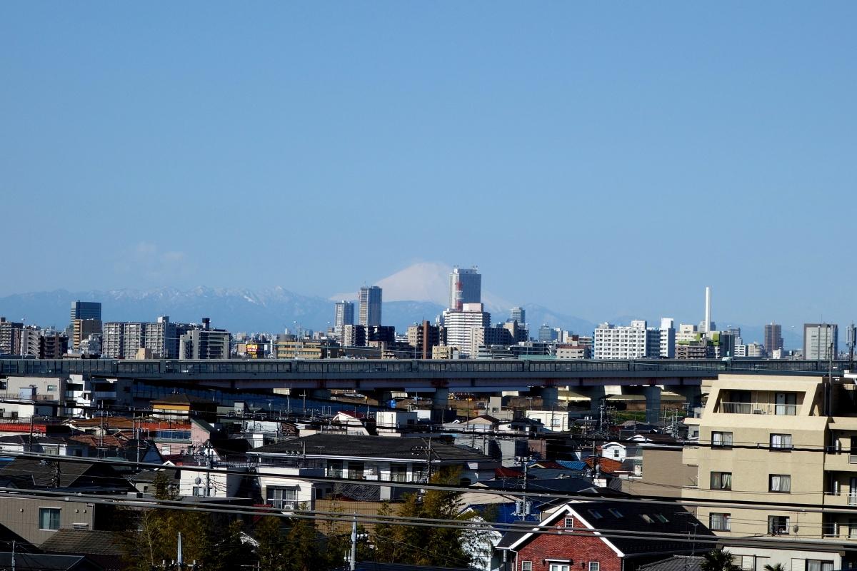 富士山 (Mount Fuji) seen from 足立区 (Adachi ward, Tokyo, Japan) on 21 March 2014.