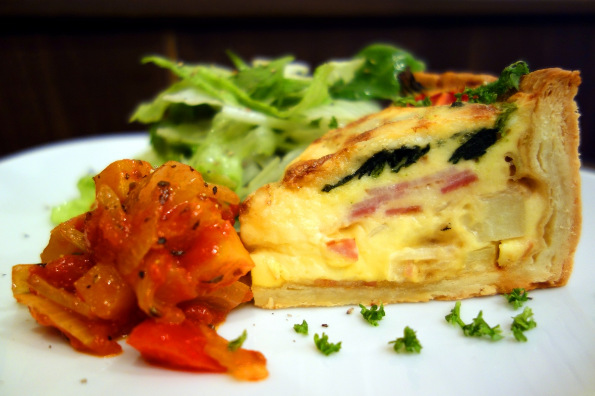 Quiche prepared with spinach, bacon and potatoes at ムーサ (Muusa, Tokyo, Japan) on 16 April 2014.